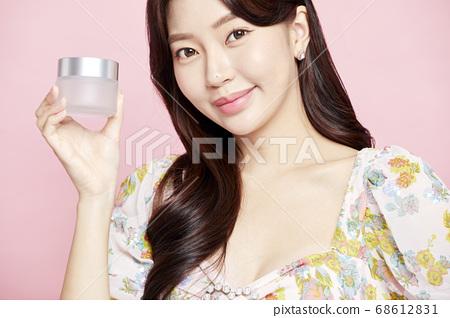 젊은여자,뷰티,미용,패션,핑크배경 68612831