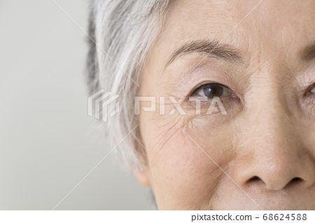 高級婦女的眼睛 68624588