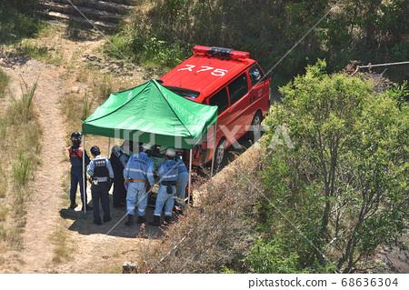 열사병 등산객의 구호 활동 산정 및 무선 연결 중 지상 구호반 68636304