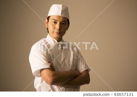 팔짱을하는 요리사 68657131