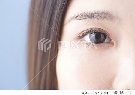 Women's eyes 68669319