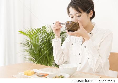 식사를하는 여성 68669534