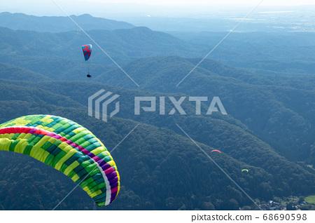 滑翔傘在天空中張開翅膀 68690598