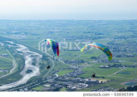 滑翔傘飛行與它的翅膀在天空中 68690599