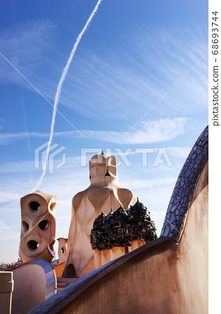 巴塞羅那Casa Mira屋頂雕塑 68693744