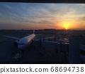 羽田机场被富士山上的夕阳照亮 68694738
