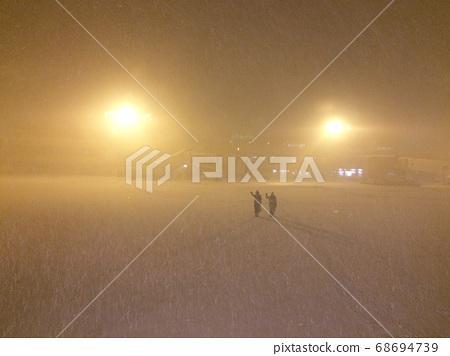 地面服务员在暴风雪中遗弃乘客 68694739