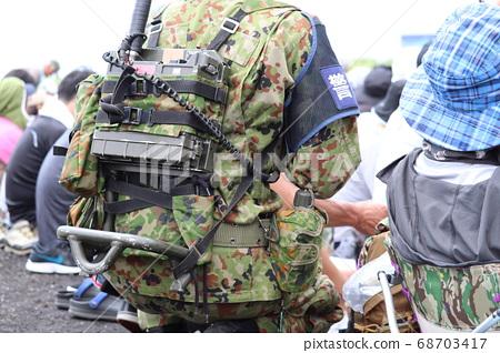 육상 자위대의 휴대 무전기 1 호 68703417