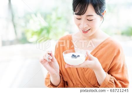 吃酸奶的中年女人 68721245
