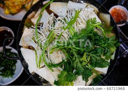 버섯, 두부, 쑥갓을 넣어 끓인 버섯두부전골,한국전통음식, 68721968