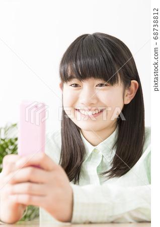 女孩看著手機郵件 68738812