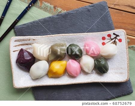 한국의 전통음식 삼색 꿀떡 68752679