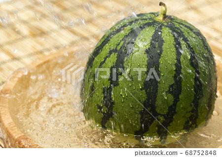 西瓜在浴缸裡冷卻 68752848