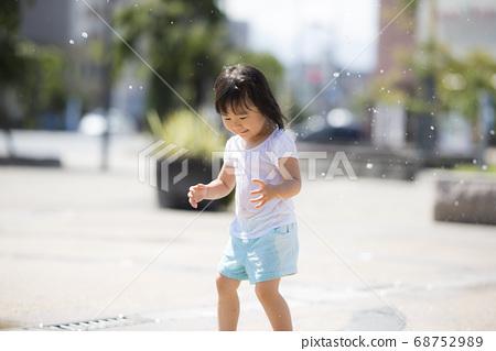 孩子們在廣場上的噴泉玩 68752989