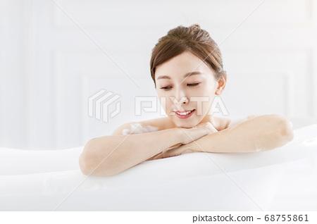 Beautiful young asian woman relaxing in bathtub 68755861