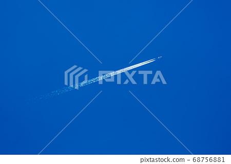 비행운 푸른 하늘에 길게 뻗 여객기 항적 기체의 반사 대 b 68756881