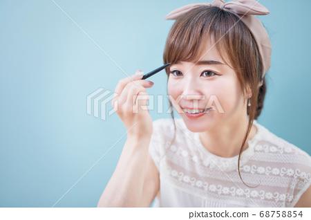女人寫眉毛 68758854