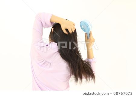 더워서 미니선풍기를 머리카락에 쐐다 68767672