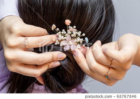 여자아이가 삔을 머리에 꼽다 68767846
