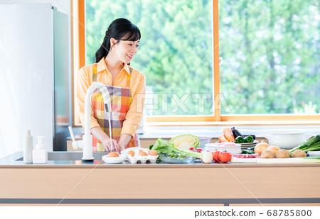 주방에서 요리를하는 중간 여성 68785800