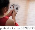 트럼프 카드 게임을하는 여자 68786633