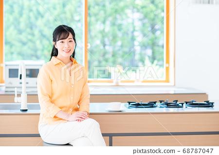 一名中年妇女在厨房里放松 68787047