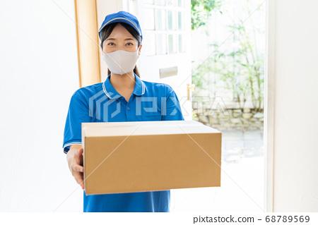 快遞女司機送行李 68789569