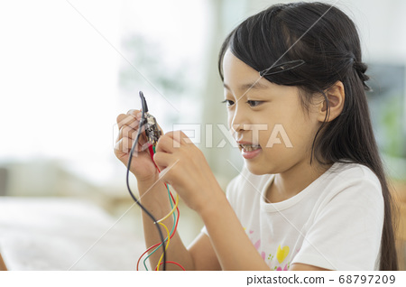프로그래밍 학습을하는 여자 68797209