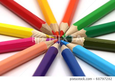 在白色背景上的各種顏色的彩色的鉛筆 68797282