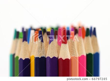 在白色背景上的各種顏色的彩色的鉛筆 68797285