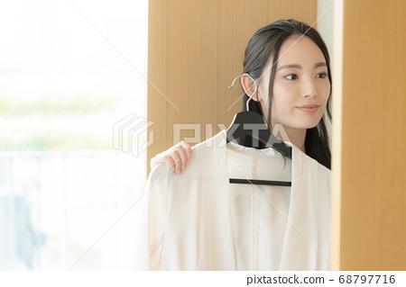 患有時尚服裝的年輕女子 68797716