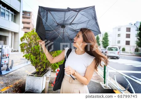 折疊傘由於陣風而折斷的那一刻 68799745