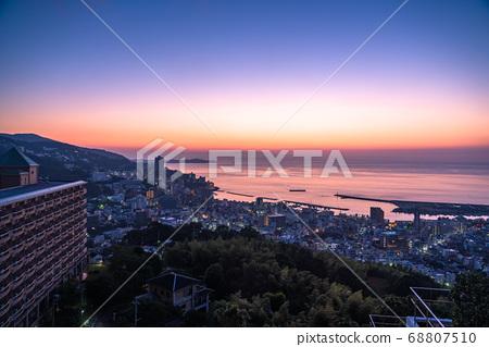 《靜岡縣》熱海的黎明・太平洋上空升起的太陽 68807510