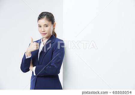 흰 벽과 포즈 여자 비즈니스 우먼 68808054