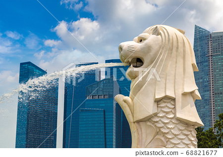 Merlion fountain in Singapore 68821677