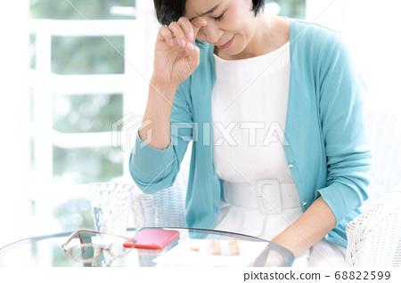 中層女人擔心看藥 68822599
