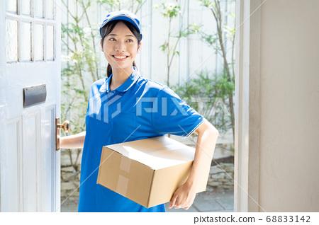快遞女司機送行李 68833142