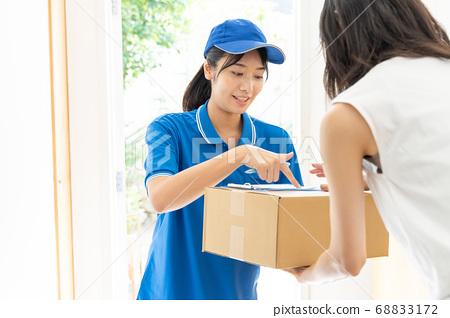 快遞女司機送行李 68833172