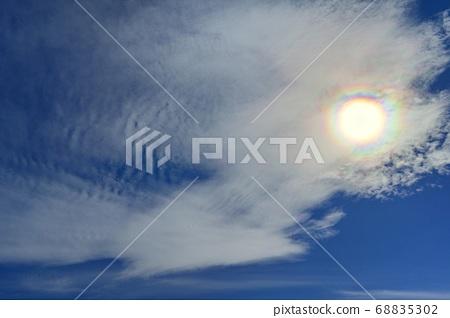 푸른 하늘과 구름에 햇빛 환 68835302