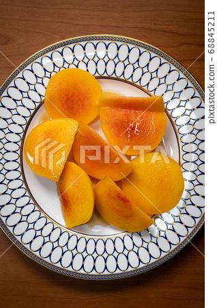 盤子裡的桃子 68845211