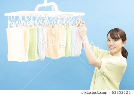 세탁 한 수건으로 미소 짓는 여성 68852529