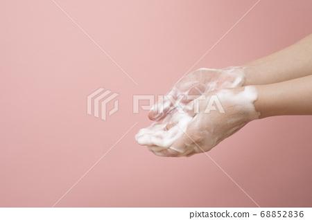 비누 거품으로 손을 씻는 여성의 손 68852836