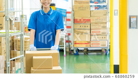 銷售司機女人提著行李在倉庫 68860259