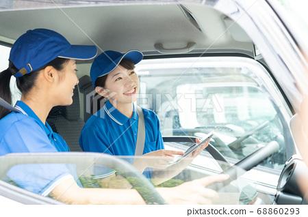 女司機駕駛一輛卡車 68860293