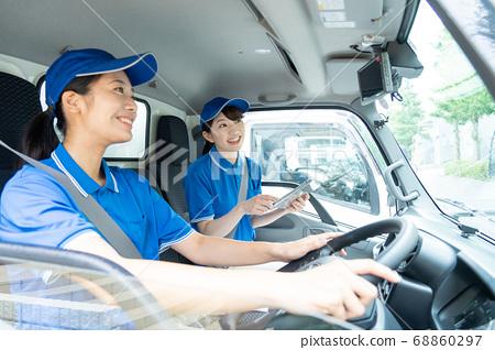女司機駕駛一輛卡車 68860297