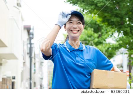 快遞年輕女司機送行李 68860331