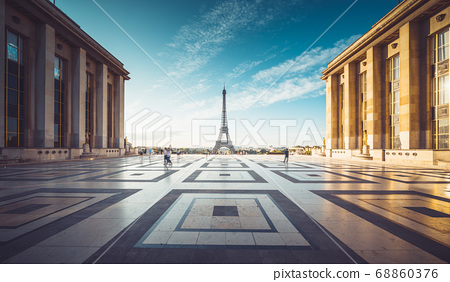 Early morning view of Eiffel Tower, Paris, France 68860376