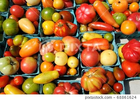 뉴욕의 농산물 시장에 늘어선 유기농 토마토 68861624