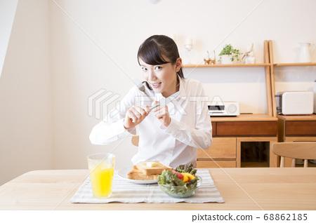 아침을 먹는 여자 68862185