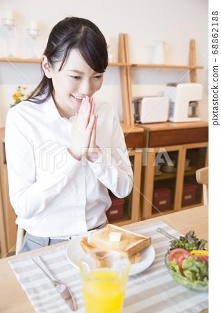 아침을 먹는 여자 68862188